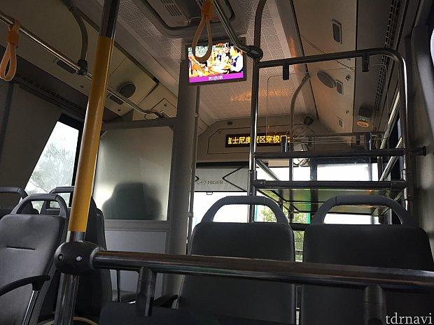 バス内の様子。音声はないですが、上海ディズニーランドの映像が流れています。