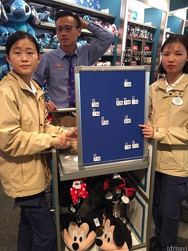 お店の中に入ると左右に一枚ずつボードが容易されています。右のボードはピンを見る事が出来ます。左のボードはシークレットで番号を選んでピンを交換します。