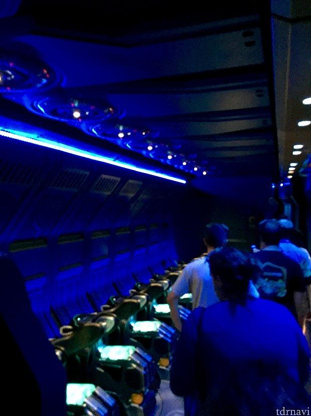 初公開、アトラクションの内部!真ん中を挟んで16人が横に並ぶかたちに乗り込みます。