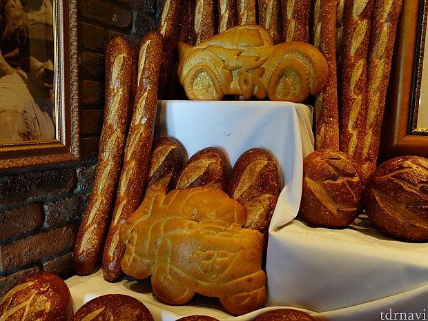メーターとマックイーンのパンが飾られています