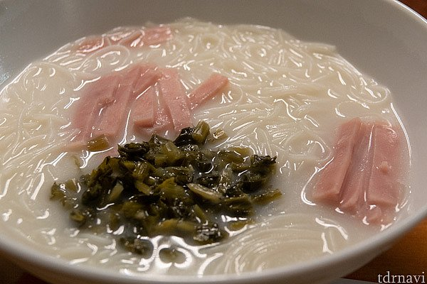 香港風朝食とコーヒーにしました。ビーフン麺はパイタンスープに米粉の麺がよくあってます。薄切りのハムに高菜のようなちょっと辛い菜っ葉が添えられていました。