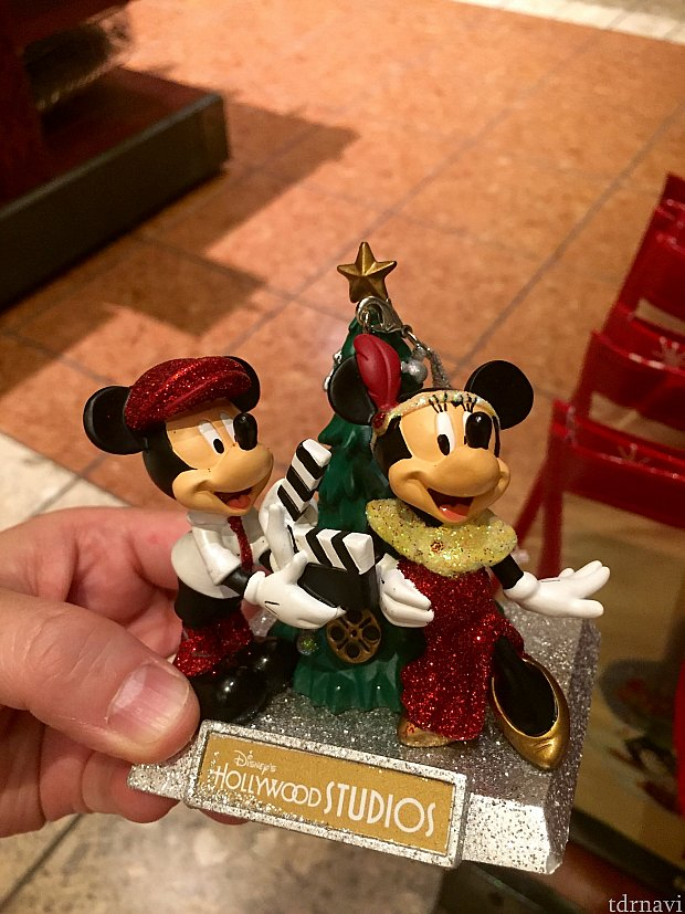 とてもハリウッドスタジオらしいクリスマスフュギュアーは$25.99。ディレクター ミッキーとアクトレス ミニーです。
