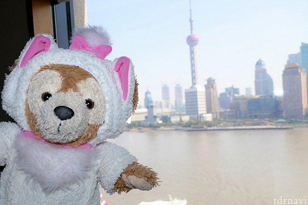 ダッフィーを外に連れて行かなくても、上海らしい写真を収めることができます♪