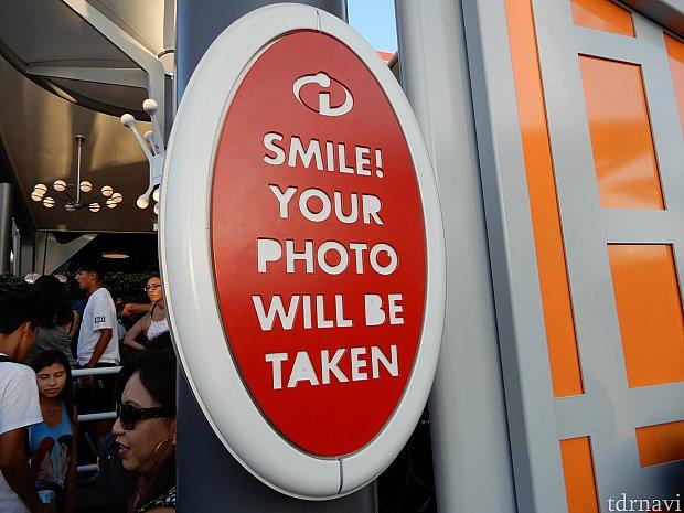 「笑ってね。写真が撮られるよ」