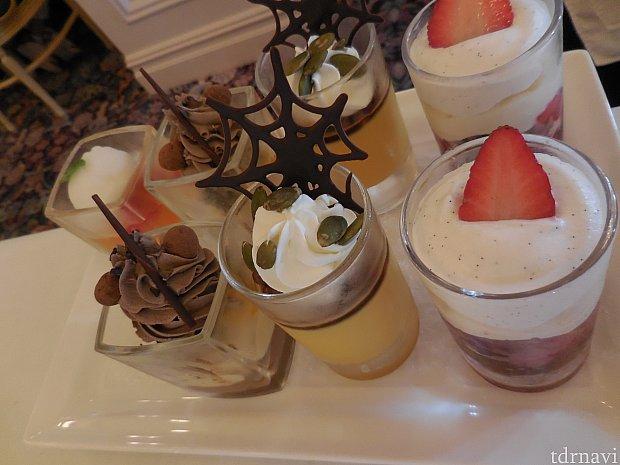 グラスデザートの中から2品選択(チョコレートブラウニー&オレンジクリーム、 ミックスベリートライフル、 アセロラゼリー&ライチーシャーベット、 パンプキンプリン)