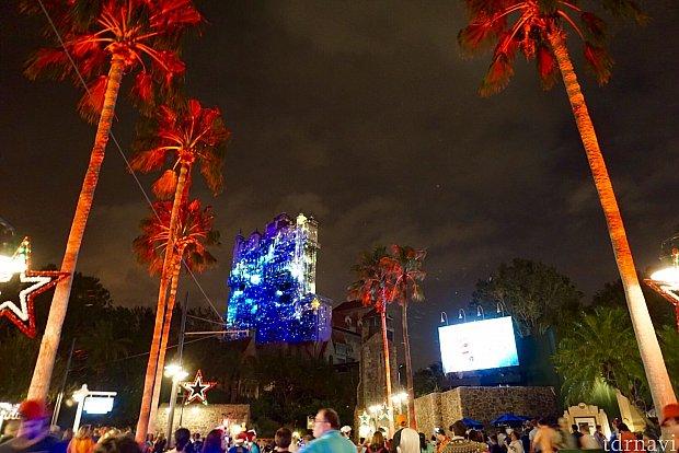 これはサンセットブルバード中程からの目線です。椰子の木のライトアップも映像とリンクしています。
