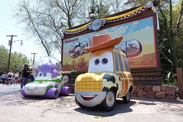 カーズランドのエントランスにはウッディとバズライトイヤーのクルマが登場!