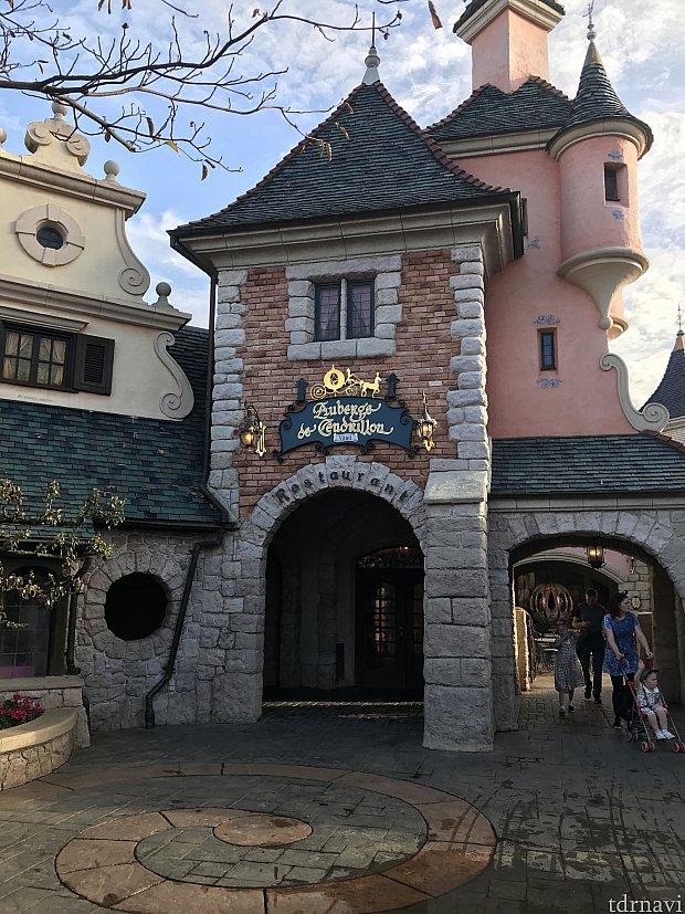 レストランの入り口になります。