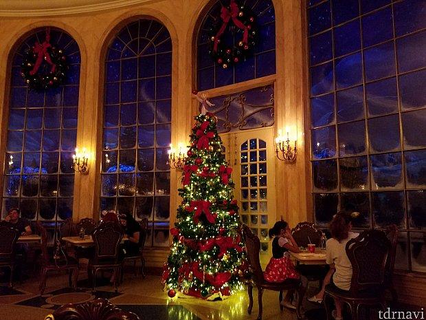 窓の外は雪が降っていて、ロマンチックです。 クリスマスツリーが綺麗でした。