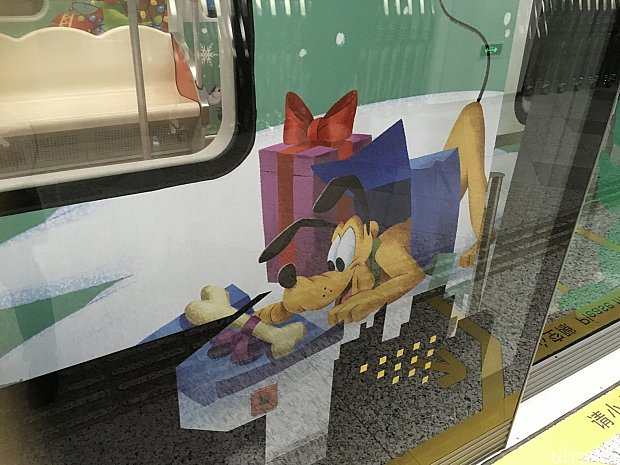 パークでは地下鉄で2駅!運が良ければラッピング電車に遭遇できる可能性も!