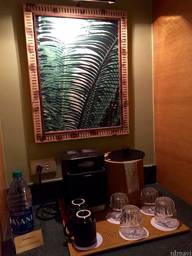 コーヒーメーカーと紅茶類。