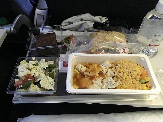 帰りの機内食1食目。つぶつぶはパスタでした