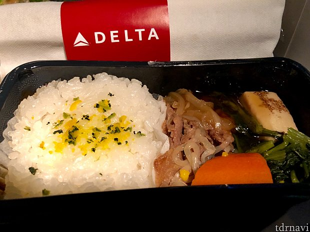 そしてそして、2週間後の羽田発ミネアポリス行きのデルタ国際便です。羽田空港で美味しいすき焼きを食べた後の、機内食のすき焼き。自分で選んだとはいえ、どうしても数時間前のモノと比べてしまいました。そう言えば、1時間程遅れての出発でした。