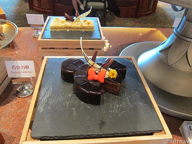 ミッキー型のチョコレートケーキもでかい。