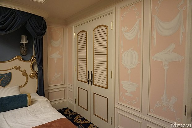 入り口近くにもクローゼットがありますが、ベッドルームにもあります!