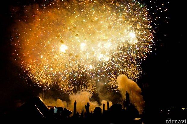 フィナーレは真ん中の水上エリアで豪華な花火!