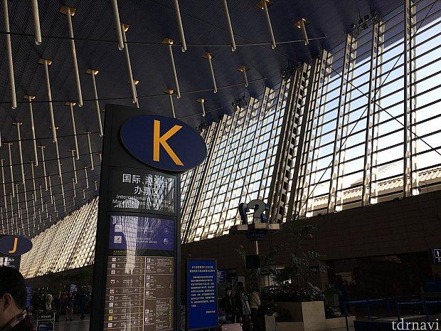 こちらは浦東空港。チェックインカウンターはこの辺りでした。ガラガラでした。