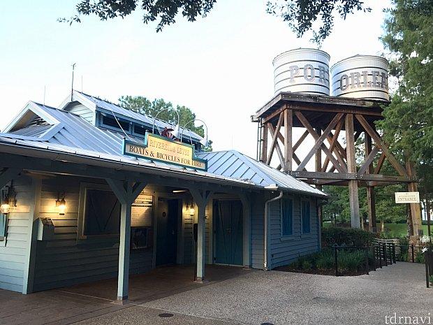 ディズニースプリングスへのリバークルーズも無料です。こちらがボート乗り場。