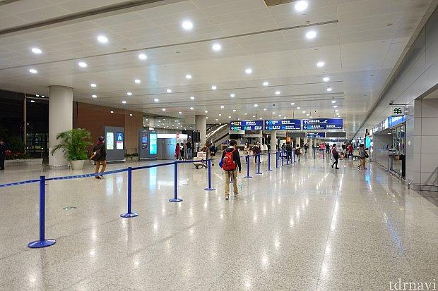 浦東空港の到着ロビー。朝5時なので人が少ないです。
