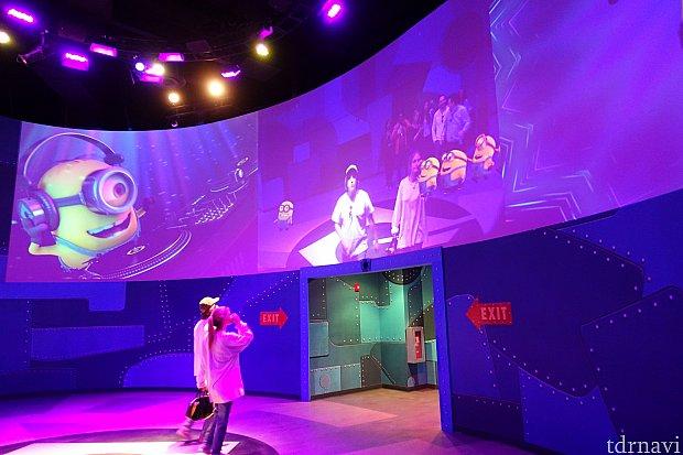 メインショーが終わったら、この最後の部屋でミニオンと一緒にダンスできます。ダンスフロアの映像にミニオンが合成される仕組みです。