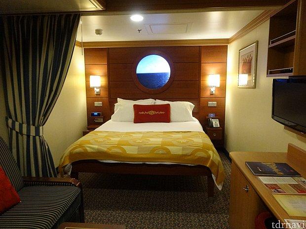 大きいベッドが1台と左手前のソファが2段ベッドに変身します!