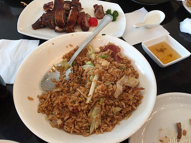 手前がチャーハン。日本で馴染みのあの味でした。奥がアヒルのお肉。甘酸っぱいタレが付きます。