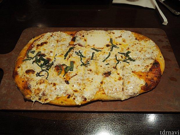 マルゲリータピザです。 こんなにチーズが乗っているのにパスタのようにチーズをかけるかどうか聞かれた時にはさすがに断りました(^^;) とても多かったので持ち帰ろうかと思いましたが、食べる時がないと考えて残してしまいました。ピザのようなものだったらお持ち帰りできると思います!