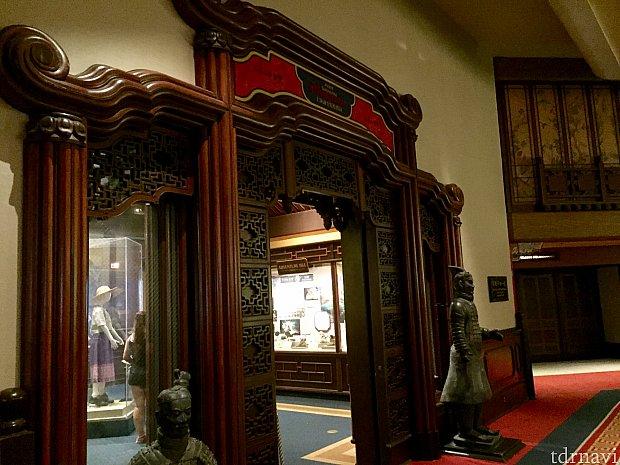 この待合所には奥の部屋があって、展示物を見る事が出来るスペースになっています。中国館広い!