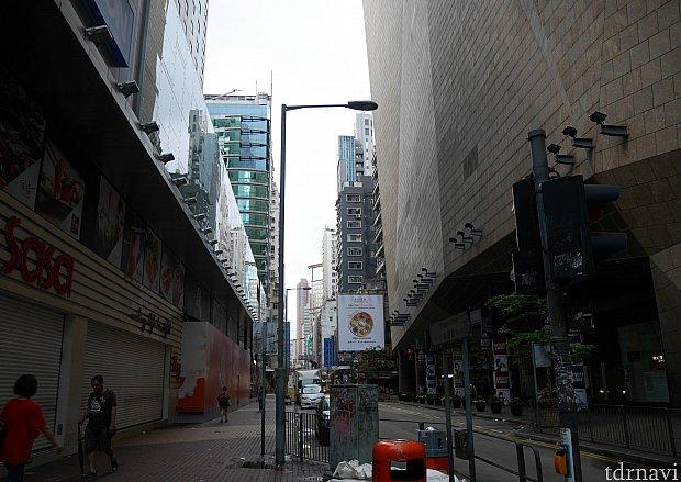 左に曲がったところです。このまま直進し、2つ目の曲がり角を右に。(豉油街通りを右です。)