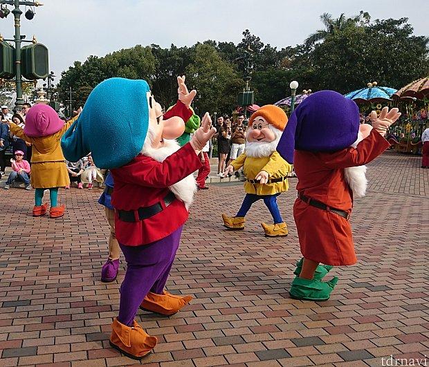 謎の小人踊り♪