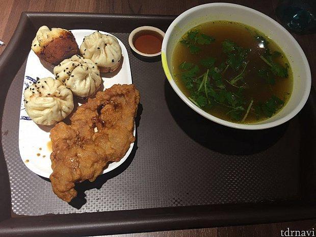 Eセット(45元)は生煎と排骨にカレー牛肉スープがつきます。