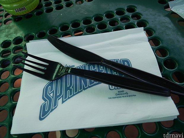 フォークやナイフはお店の脇に置かれてるので自分で取ります。