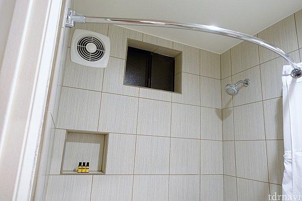 シャワーカーテンのレールが外側に膨らんでいて、シャワー中狭くならない工夫が素敵✨