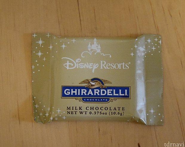 12月に行ったとき配られていたチョコにはディズニーのマークがありました。確認しなかったのですが、量り売りもミルクチョコレート味はこのデザインなのかも?