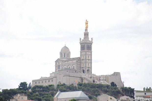 港から見上げることができるノートルダム寺院