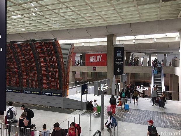 第2ターミナルの空港駅です。RERとTGVの駅です。とにかく電車のサインに向かってひたすら歩きました。写真でも電車の表示見えますが、ところ所これが真っ直ぐと言う意味なのか、下階に降りると言う意味なのかハッキリしないところもありました。
