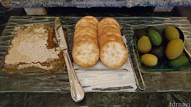蜂蜜美味しい~🎵朝にはこれ以外にもヨーグルトやキュービックのようなサイズのカットフルーツのパックもありました。美味。