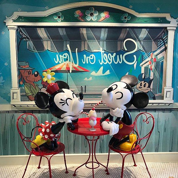 ミッキーとミニーの座り方が可愛いw