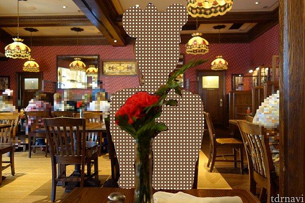 1テーブルに1つ、カーネーションの生花が飾ってありました。