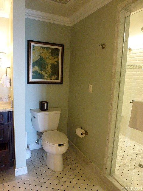 トイレ、右側がシャワールームで左側に二つ目の洗面台があります