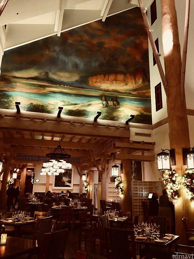 席数の多い大型レストランで、濃い色が中心のロビーとは対照的に、明るい色がまた違う良い雰囲気を出しています。