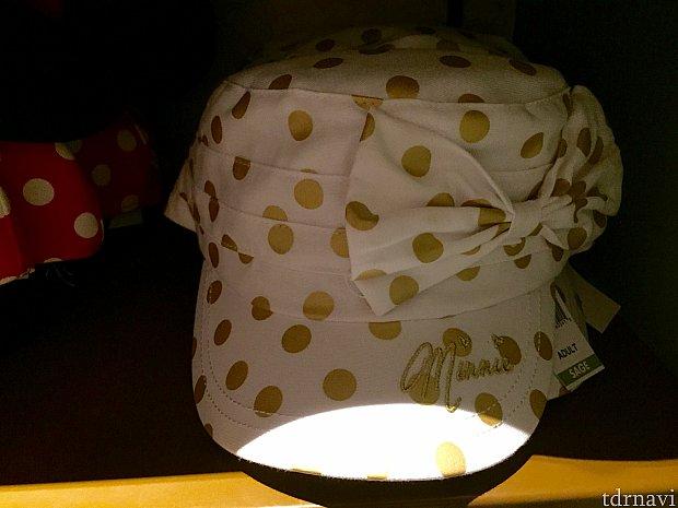 ホワイトにゴールドのドットバージョンの帽子。
