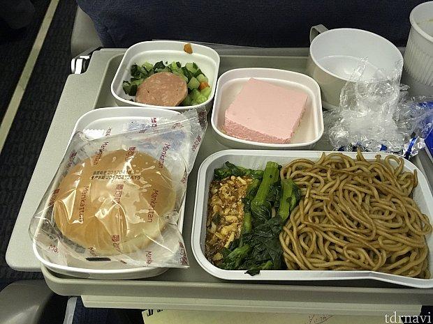 チキンヌードルと言われて渡されたのは…?青菜の左隣のあんかけに小さなチキンが入っていました