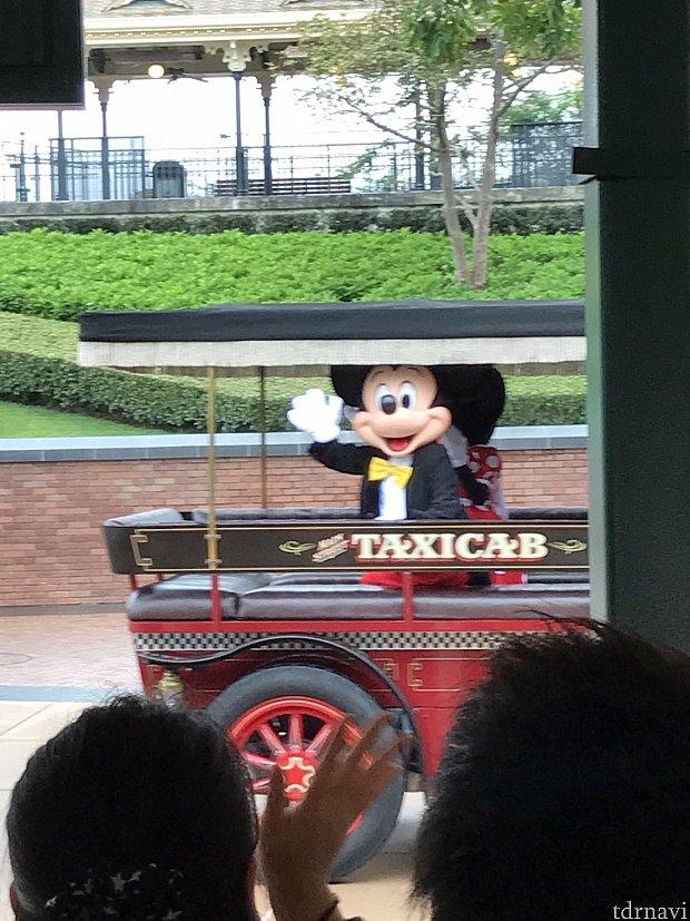 朝イチのパークではミッキーとミニーがご挨拶をしてくれます。