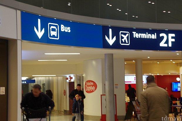 ターミナル2E(JAL/エールフランスの日本直行便)到着の方は出口を出るとすぐこの風景が正面に見えます・↓BUSの通路を進みましょう