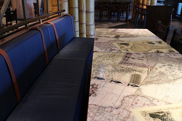 奥のエリアのテーブルは凝っており、またトランクケースを模したソファーも用意されています。