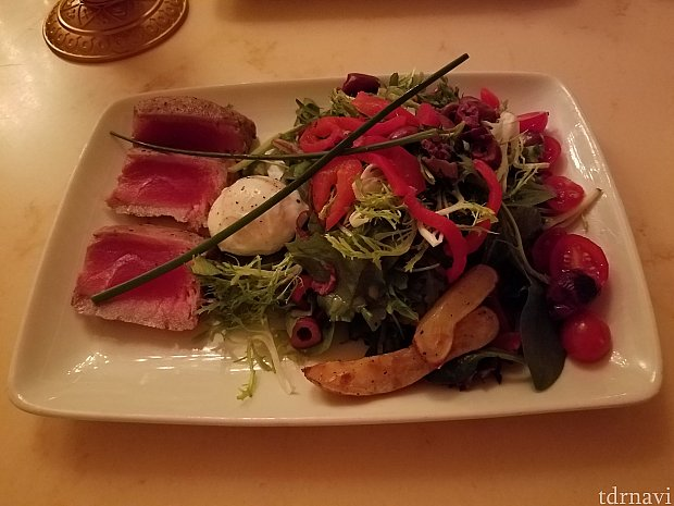 Tuna Nicose Salad($15.99)です。上にポーチドエッグが乗っています。