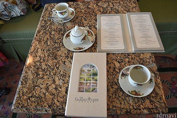 最初に渡されるメニュー、お茶の名前がたくさん並んでいます。