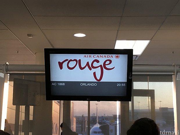 トロント←→オーランド間は子会社のエアカナダルージュが運航してます。20時半でもまだまだ明るいピアソン空港!