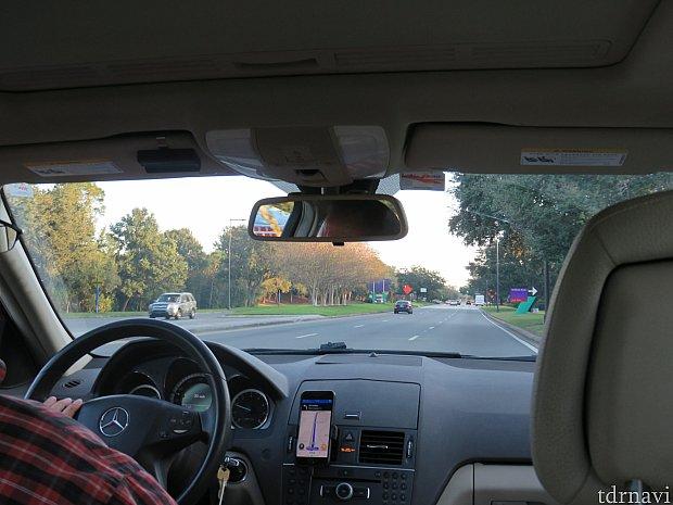 ハンドルの横に運転手さんのスマホがあり、今、自分がどこを走っているか一目瞭然です。走行ルートも決まっています。